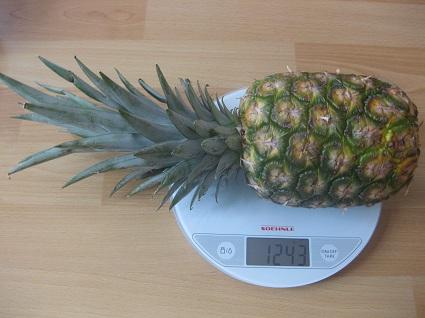 Ananas auf der Waage