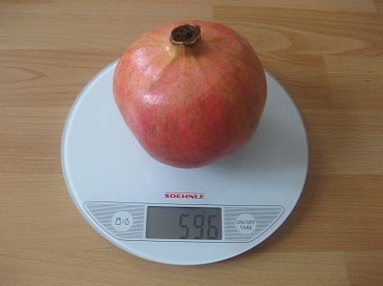 Granatapfel auf der Waage