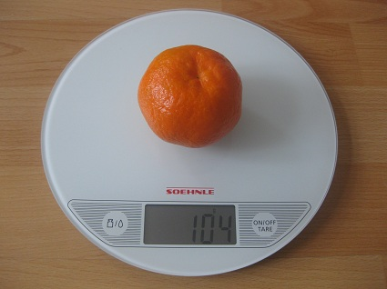Mandarine auf der Waage