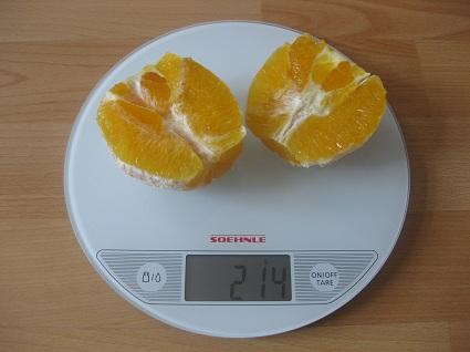 geschälte Orange auf der Waage