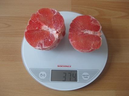 Grapefruithälften auf der Waage