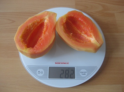 geschälte und entkernte Papaya auf der Waage