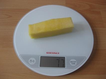 Ananas-Strunk auf der Waage