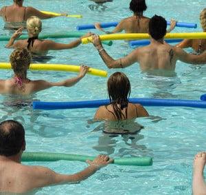 Einige Leute beim Aquafitness